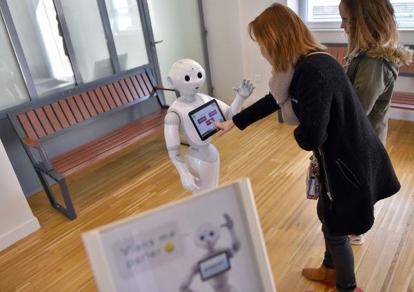 pepper le robot renseigne les voyageurs la gare. Black Bedroom Furniture Sets. Home Design Ideas